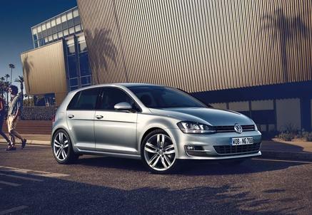 Neuwagen VW Golf auf einem Parkplatz